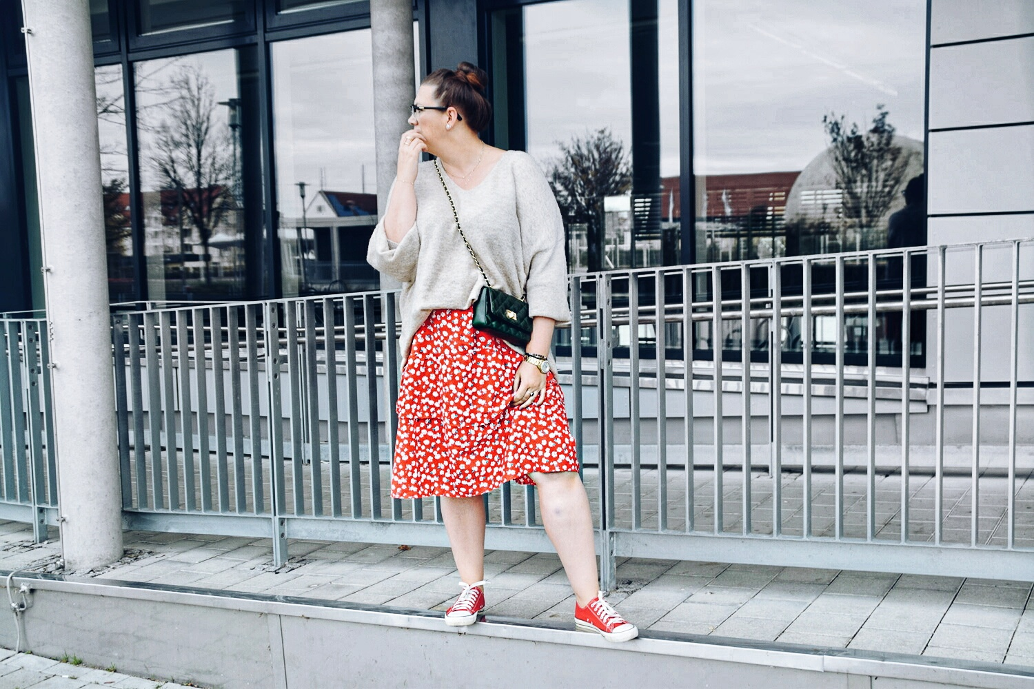 Outfit : Midirock mit Blumenmuster Asos Curve & Oversize Sweater 7