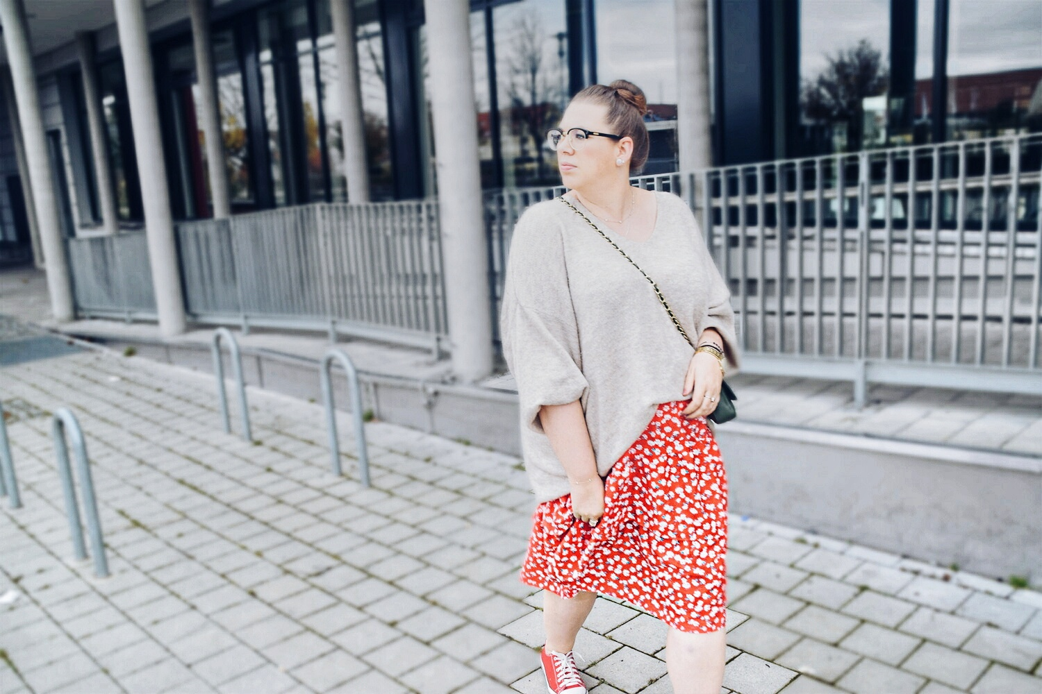 Outfit : Midirock mit Blumenmuster Asos Curve & Oversize Sweater 3