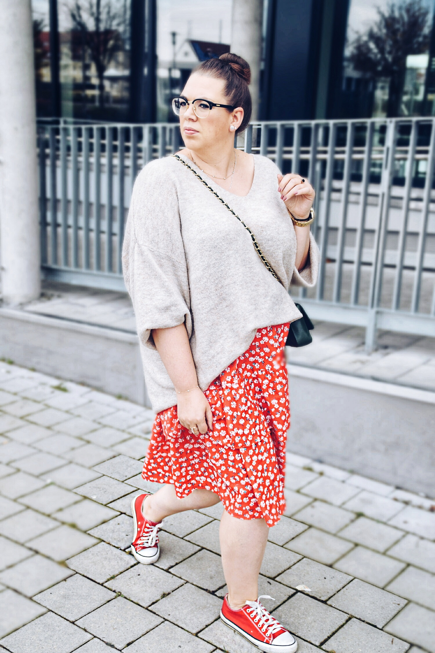 Outfit : Midirock mit Blumenmuster Asos Curve & Oversize Sweater 6