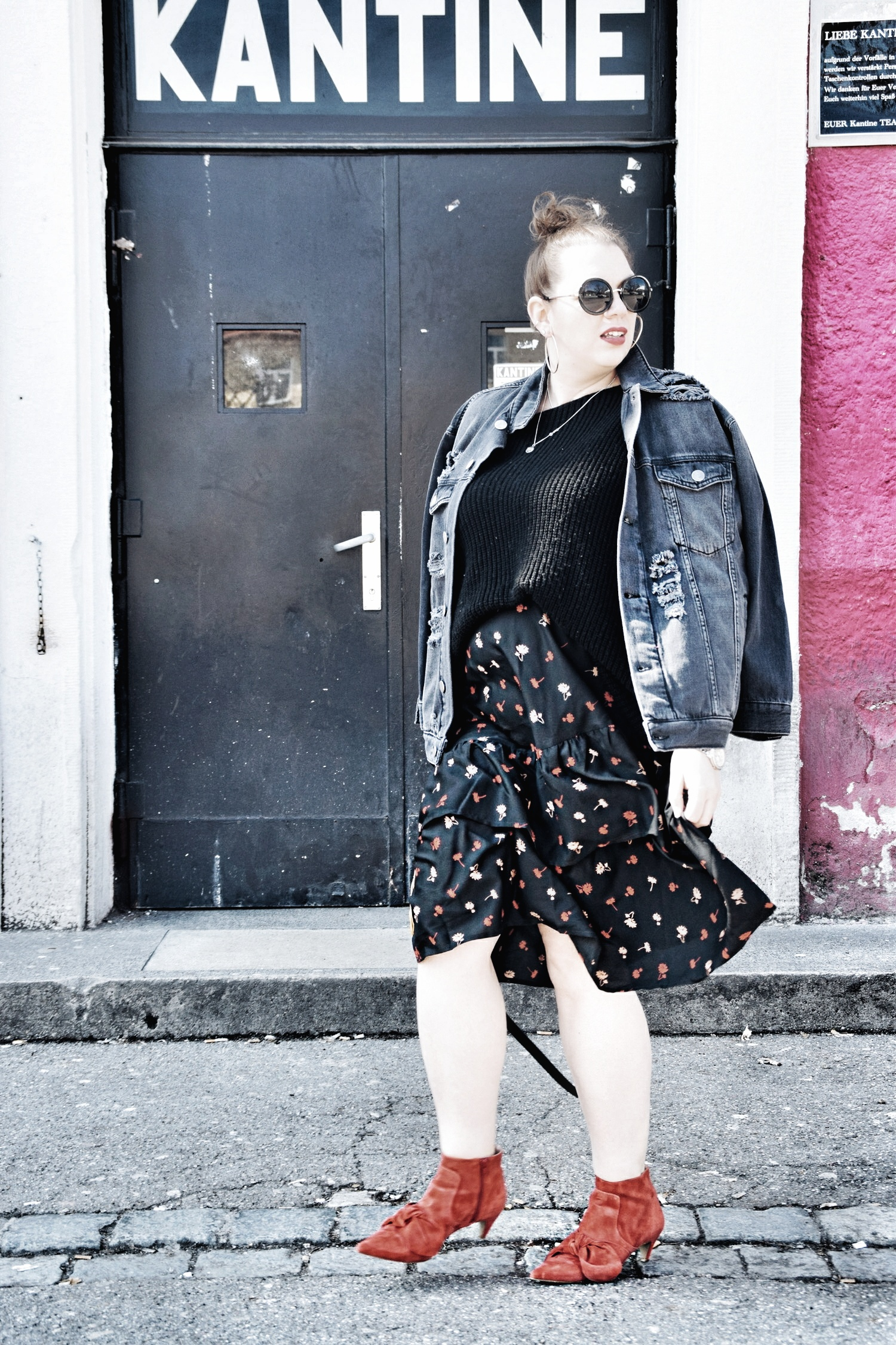 Outfit : Asymmetrischer Midi Rock mit Blumenmuster Influence Plus & Destroyed Jeansjacke Zizzi Fashion_2