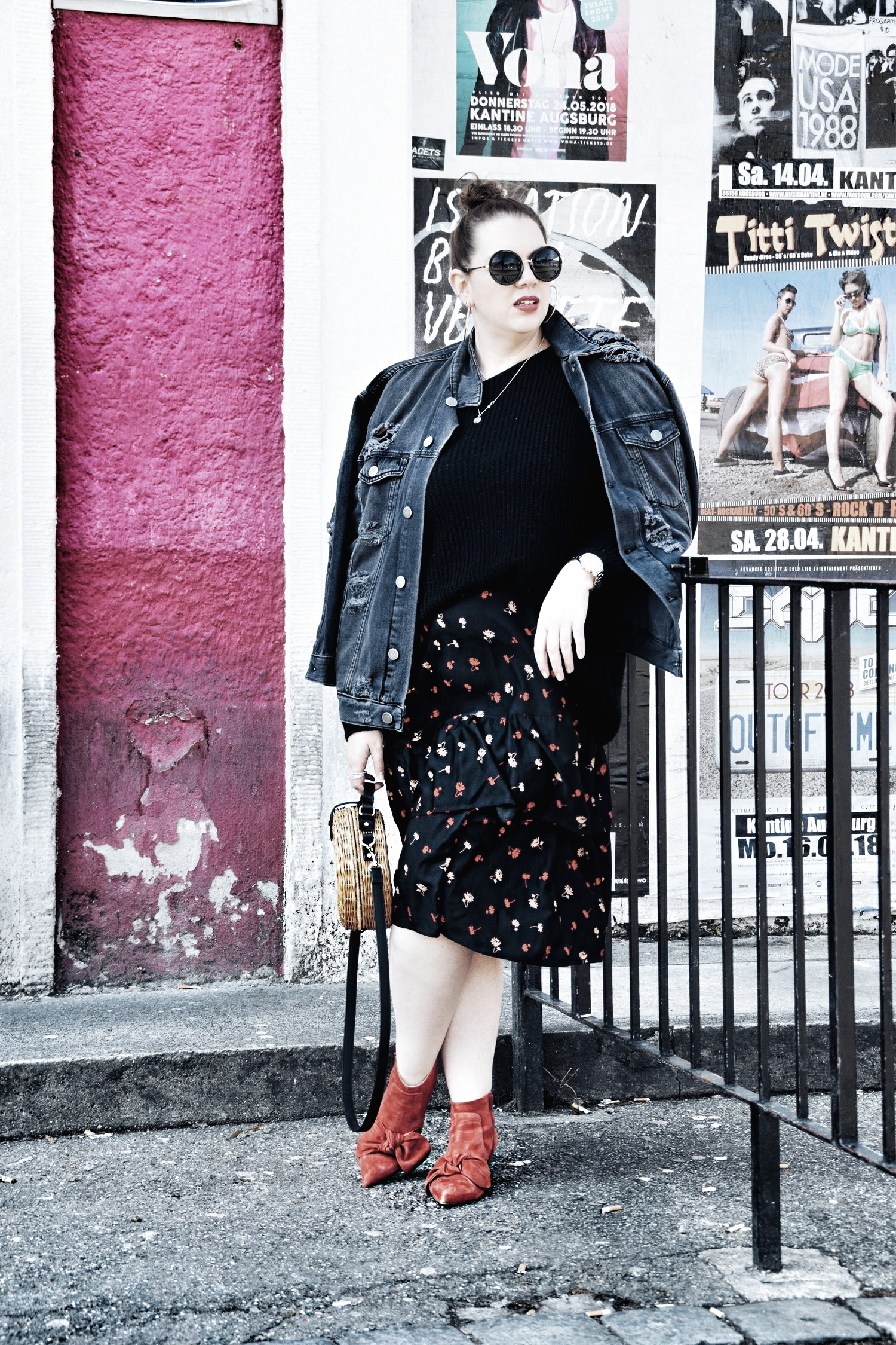 Outfit : Asymmetrischer Midi Rock mit Blumenmuster Influence Plus & Destroyed Jeansjacke Zizzi Fashion_4