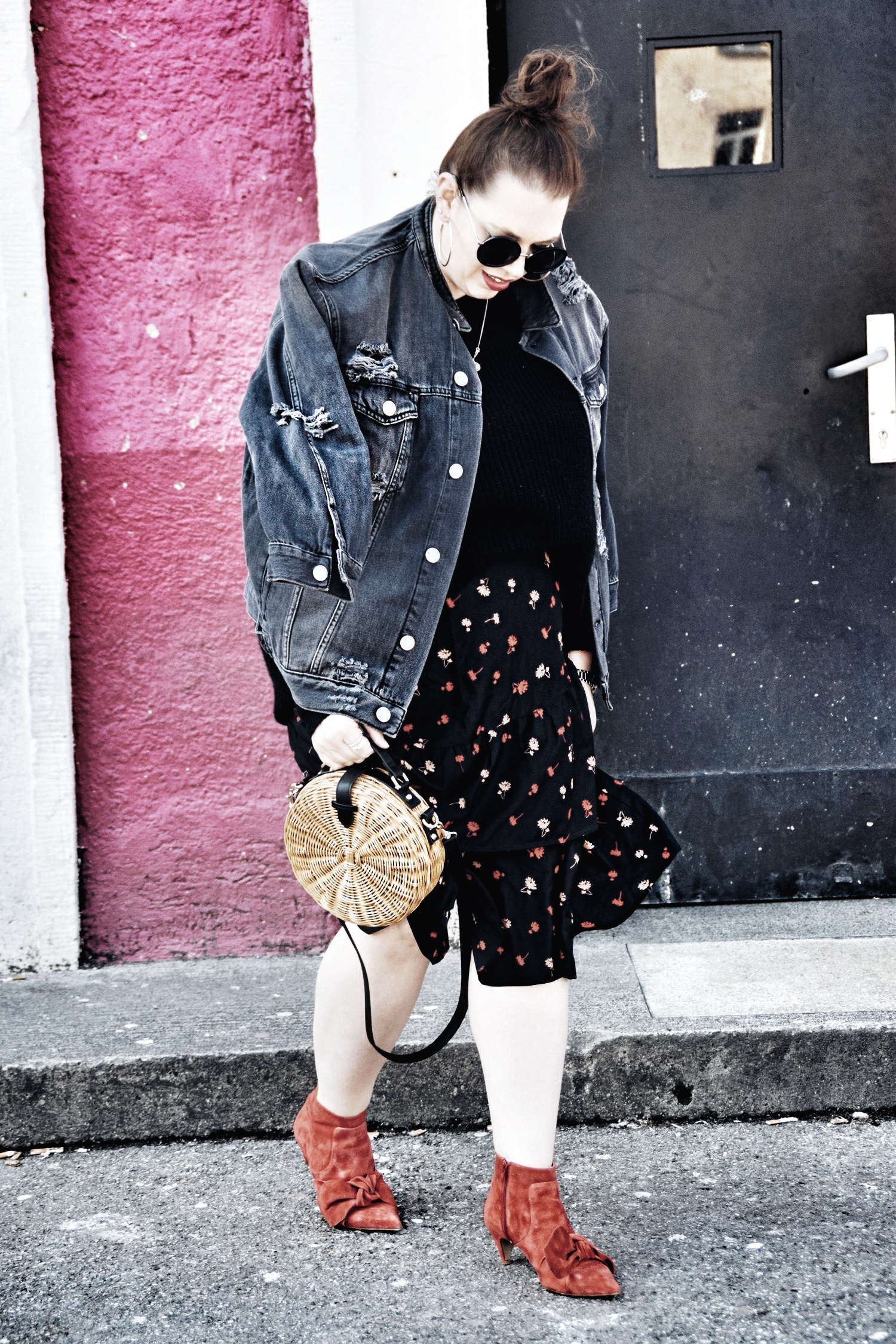 Outfit : Asymmetrischer Midi Rock mit Blumenmuster Influence Plus & Destroyed Jeansjacke Zizzi Fashion_3