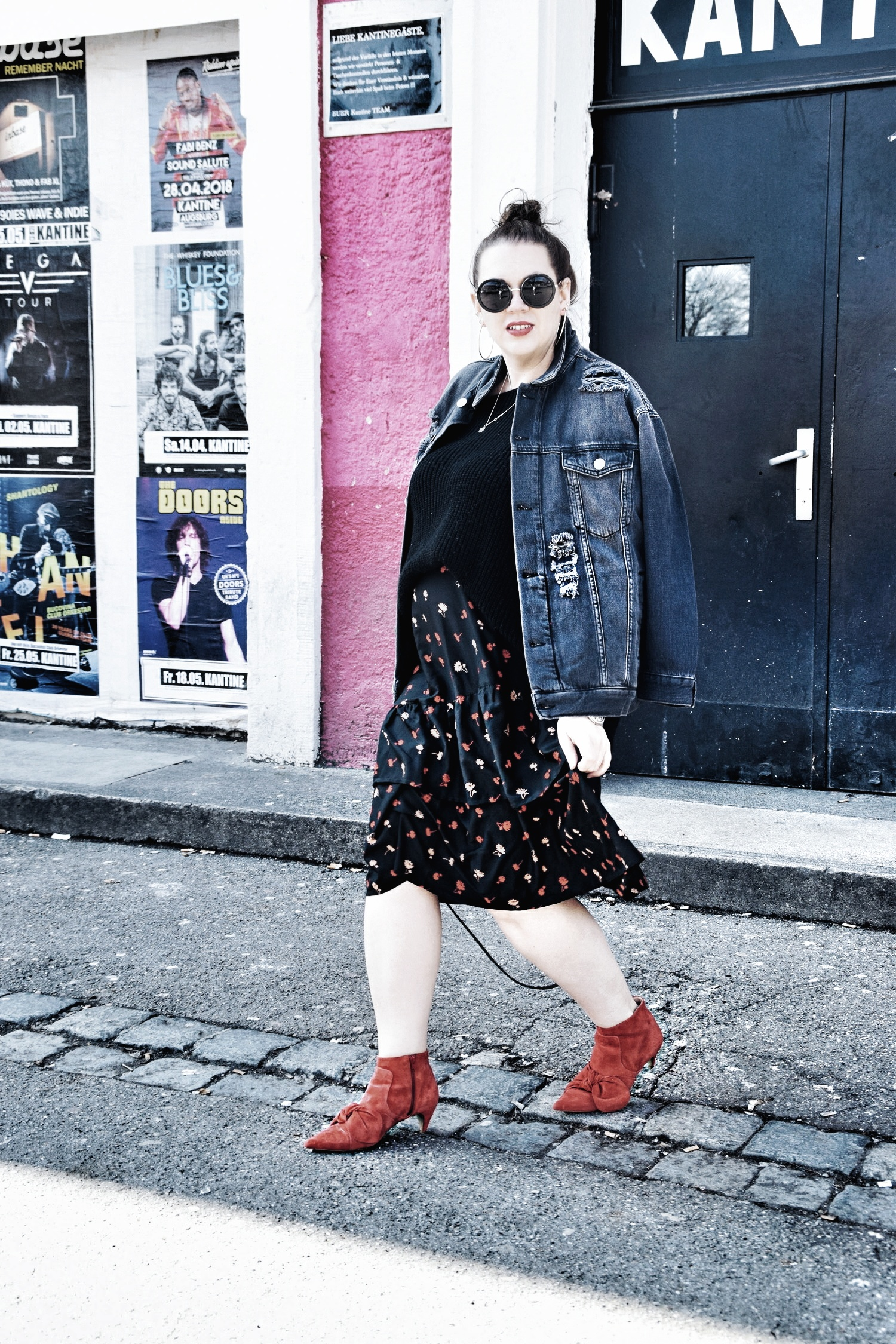 Outfit : Asymmetrischer Midi Rock mit Blumenmuster Influence Plus & Destroyed Jeansjacke Zizzi Fashion_8